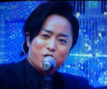 歌う櫻井翔